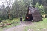 Schutzhütte mit ein wenig Umgebung